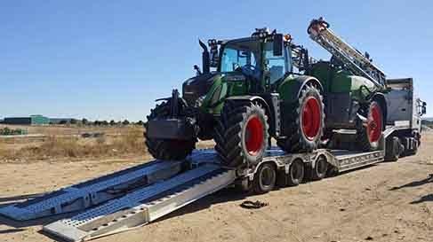 tractor mas cuba en dos camiones, descargando