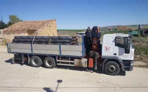 transporte de tuberias en camion pluma